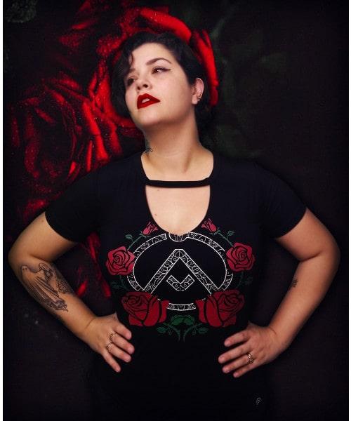 Camiseta Rosas (Decote em V - Brilha no Escuro!)
